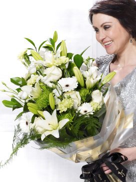 vivid-white-presentation-bouquet